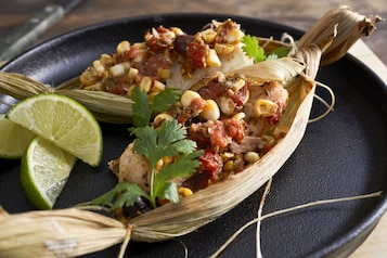 Ryba w liściach kukurydzy