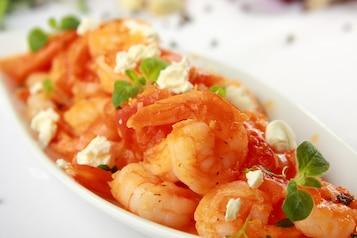 Krewetki z sosem pomidorowym i fetą