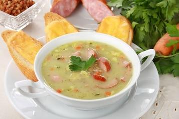 Aromatyczna zupa ogórkowa z grzanką