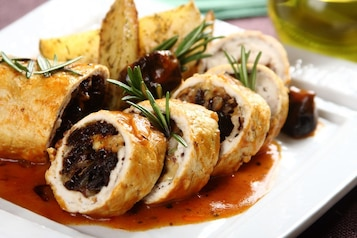 Aromatyczne roladki z kurczaka z oscypkiem i sosem śliwkowym