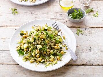Jęczmień, pszenica i komosa z warzywami