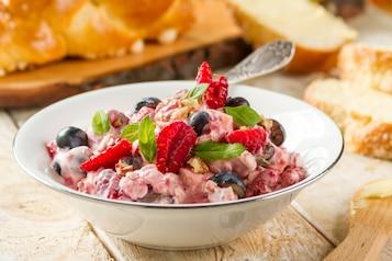 Chałka z Florą. Sałatka owocowa ze świeżą miętą z płatkami owsianymi i orzechami z jogurtem naturalnym