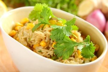 Chiński ryż z kukurydzą i kolendrą