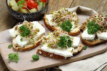 Chleb razowy z serem twarogowym