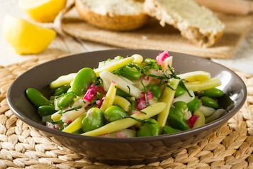 Ciepła sałatka jarzynowa (seler, bób, fasolka szparagowa z dressingiem z oliwy, cytryny i czerwonej cebulki). Pieczywo graham