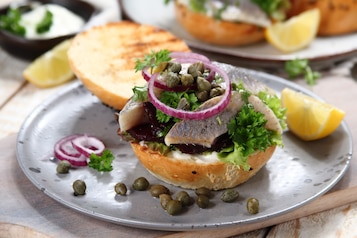 Duńska kanapka ze śledziem marynowanym i pieczonym burakiem