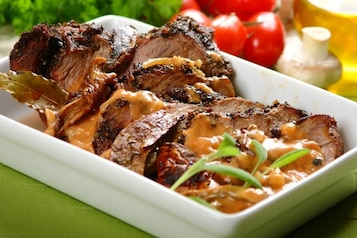 Duszona sztuka mięsa z grzybami - VIDEO
