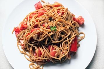 Ekspresowe pełnoziarniste spaghetti z pomidorami i sezamem