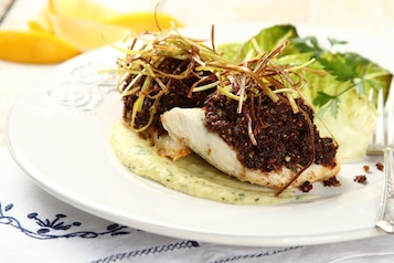 Filet z sandacza w chrupiącej panierze z grzybów na musie porowo–ziołowym