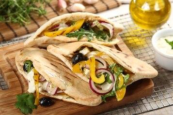 Greckie pity z grillowaną papryką, serem Halloumi i sosem czosnkowym