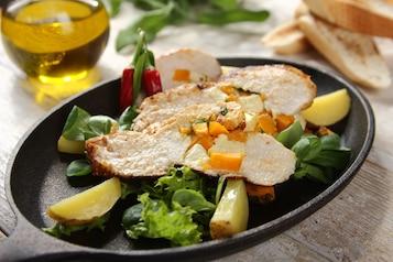 Grillowana pierś z kurczaka z dynią, serem feta i świeżą kolendrą