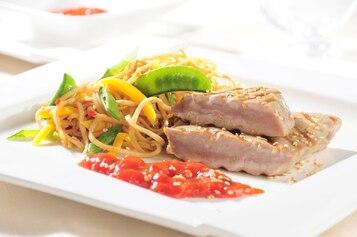Grillowany stek z tuńczyka z sezamem
