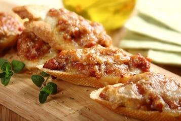 Grzanki z sosem pomidorowo - mięsnym