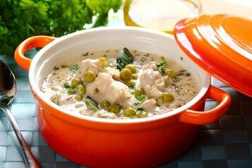 Gulasz z indyka w sosie śmietanowym z zielonym groszkiem