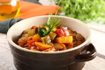 Gulasz z kurczakiem, ziemniakami i ogórkiem