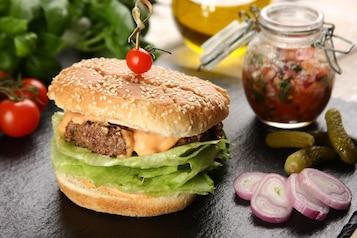 Hamburger z pomidorową salsą