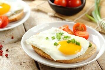 Jaja sadzone na grzance z pomidorem