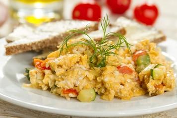 Jajecznica z pomidorem i cukinią