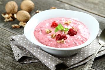Jogurt naturalny z owocami i orzechami z chlebem