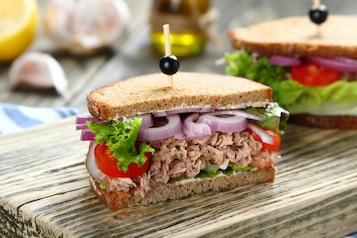 Kanapka z tuńczykiem, pomidorem i cebulą