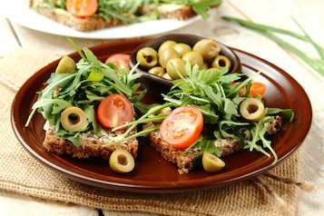 Kanapka z warzywami i oliwkami