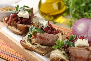 Kanapki z rostbefem, konfiturą z czerwonej cebuli i serem pleśniowym