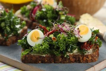 Kanapki z jarmużem i jajkiem przepiórczym