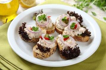 Kanapki z pastą z pieczonego łososia z marynowanymi warzywami