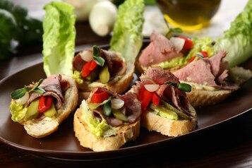 Kanapki z pieczoną wołowiną i piklami