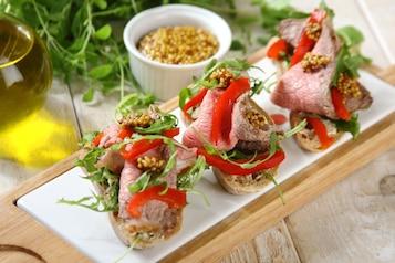 Kanapki z pieczoną wołowiną, rukolą i marynowaną papryką