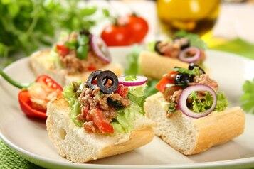 Kanapki ze śródziemnomorską salsą z tuńczykiem