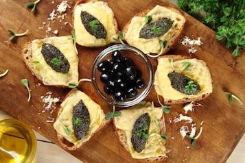 Kanapki z tapenadą z czarnych oliwek