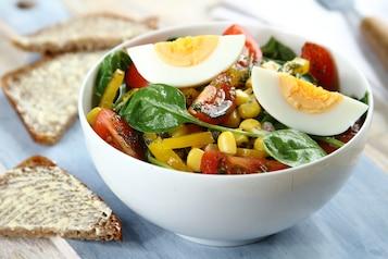 Kolorowa sałatka z jajkiem i sosem koperkowo-ziołowym, pieczywo