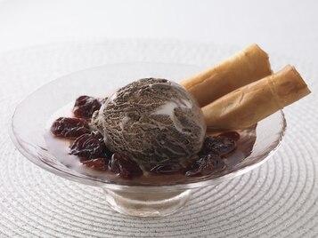 Korzenne rurki z ciasta filo i orzechów włoskich z wiśniami w syropie