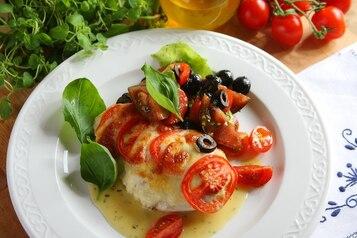 "Kurczak ""caprese"" z mozzarellą i pomidorami"