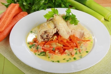 Kurczak gotowany w bulionie z sosem