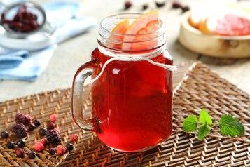 Herbata z leśnych owoców z syropem z czarnego bzu