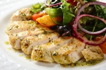 Letnia sałatka z soczystym kurczakiem i cytrusami - VIDEO