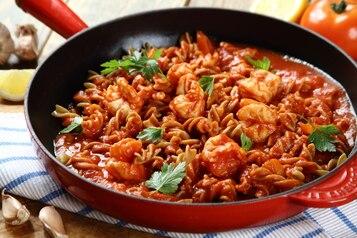 Makaron gryczany z sosem pomidorowym i krewetkami