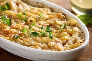 Makaron zapiekany z serem i szynką