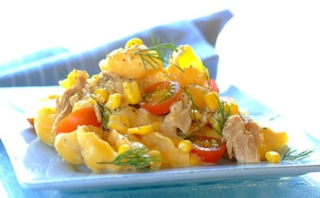 Makaron z tuńczykiem, kukurydzą i pomidorkami