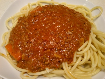 Mięsne ragout pomidorowe z makaronem
