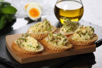 Mini kanapki z pastą jajeczną ze szczypiorem