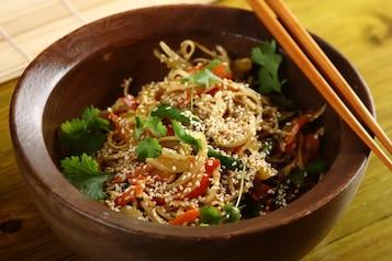 Orientalny makaron z warzywami