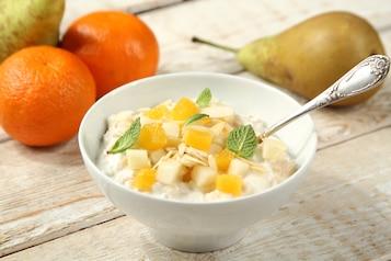 Owsianka z jogurtem naturalnym, płatkami migdałów, gruszką i mandarynką