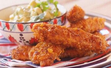 Paluszki z kurczaka z sałatką z kukurydzy