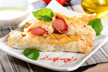 Parówki w cieście francuskim z salami i papryką