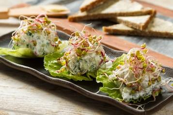Pasta z sera twarogowego z warzywami (ogórek, rzodkiewka, szczypior, kiełki). Chleb razowy z Florą. Jabłko