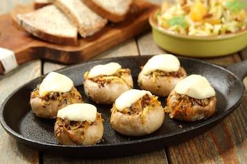 Pieczarki faszerowane mięsem wołowym i warzywami, surówka z cykorii i pomarańczy, chleb graham