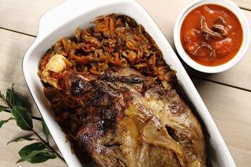 Pieczona noga jagnięca z warzywami i pomidorowo-grzybowym sosem